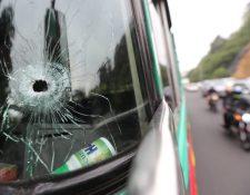 El piloto de un autobús que se dirigía a Jutiapa, y su ayudante, resultaron heridos de bala en un ataque armado registrado este miércoles en la ruta a El Salvador. (Foto Prensa Libre: Érick Ávila)