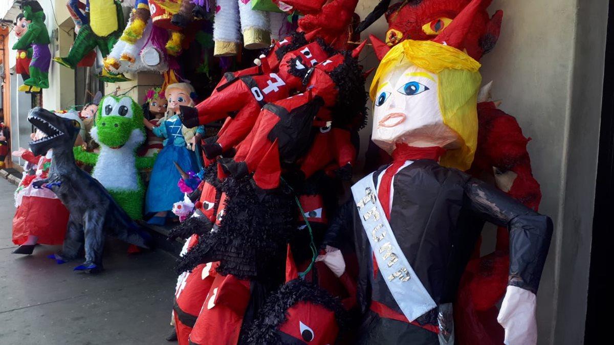 Las piñatas de DonalD Trump son las que más busca la gente para la Quema del Diablo. (Foto Prensa Libre: Eslly Melgarejo)