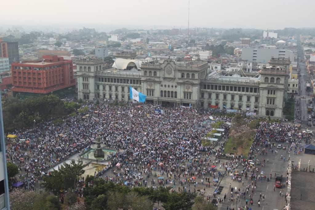 En la primera protesta se calcularon unos 20 mil guatemaltecos.
