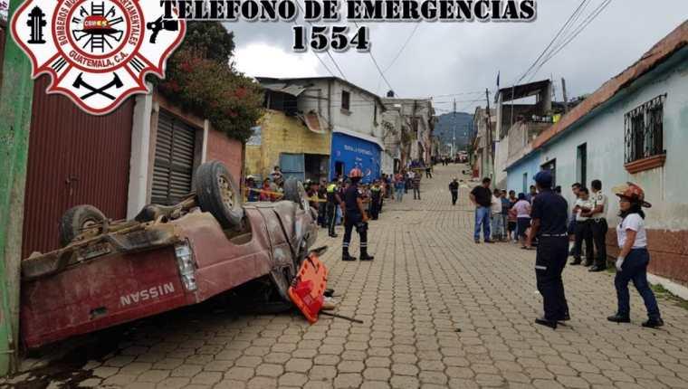 El vehículo quedó volcado en una calle principal de la zona 1 de Magdalena Milpas Altas, Sacatepéquez. (Foto Prensa Libre: Cortesía CBMD)