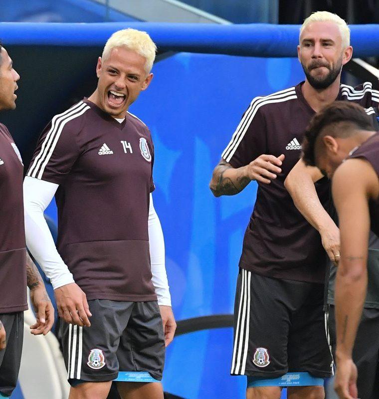 Javier Hernández conversa con sus compañeros de la Selección de México. (AFP)