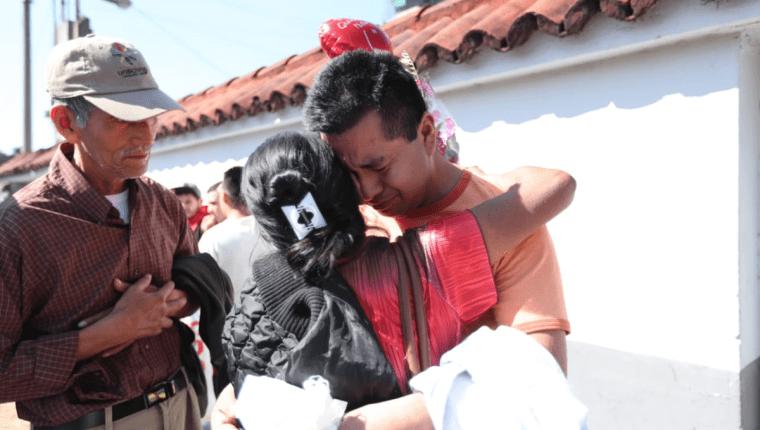 Un migrante deportado abraza a un familiar que lo llegó a esperar en las afueras de la Fuerza Aérea. (Foto Prensa Libre: Hemeroteca PL)