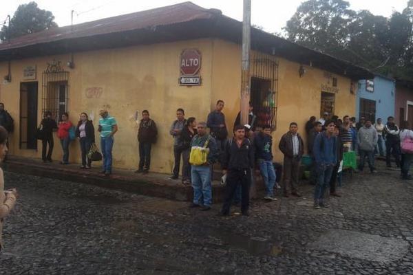 """Vecinos de Antigua Guatemala tienen dificultad para transportarse, debido al paro del transporte colectivo. (Foto Prensa Libre: Miguel López)<br _mce_bogus=""""1""""/>"""