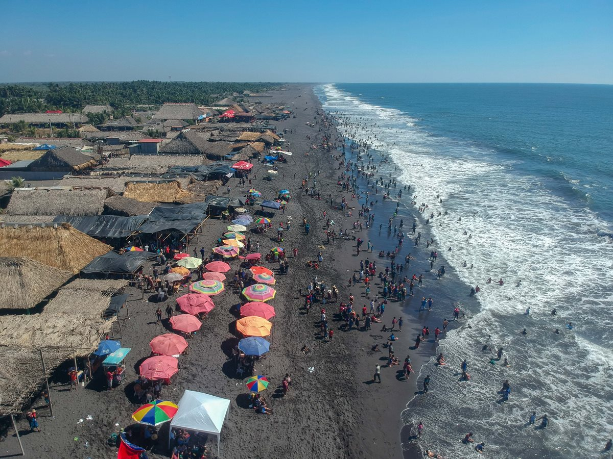 En una vista aérea se puede observar la poca afluencia de turistas en la playa de Champerico. (Foto Prensa Libre: Rolando Miranda)