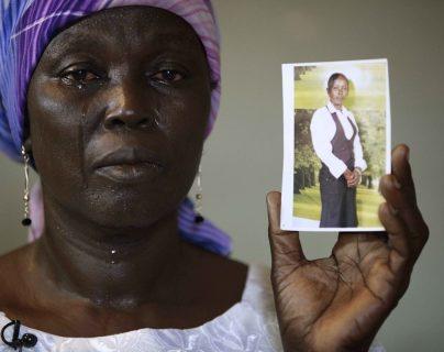 Martha Mark, madre de la desaparecida Monica Mark muestra entre lágrimas su fotografía. (Foto Prensa Libre: AP).