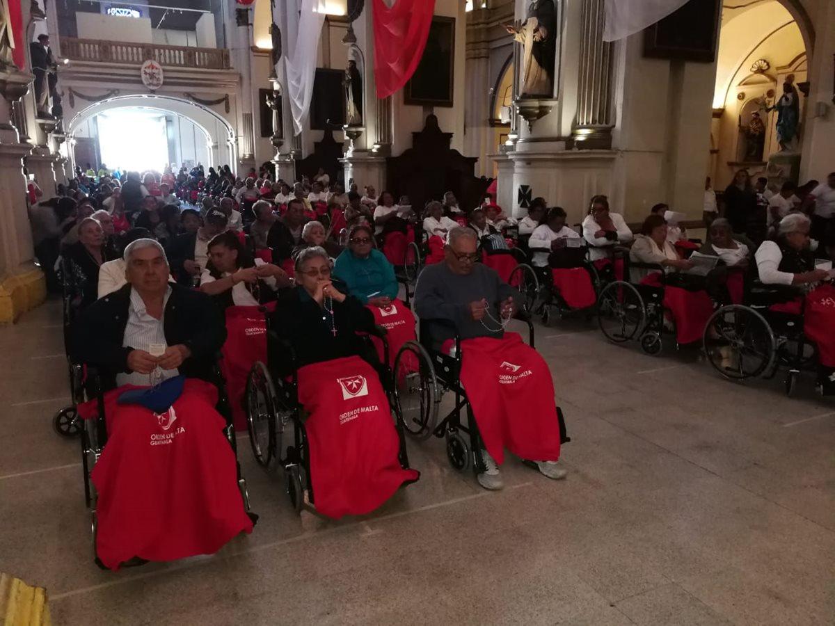 Decenas de enfermos llegaron a la basílica de Nuestra Señora del Rosario (templo de Santo Domingo) para recibir la bendición de la Patrona de Guatemala. (Foto Prensa Libre: William Oliva)