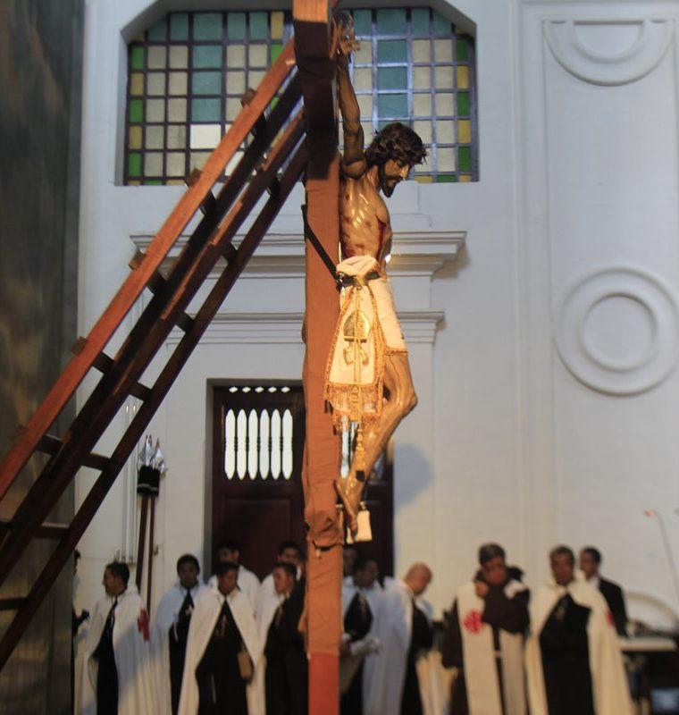 Acto de la crucifixión de la imagen del Señor Sepultado de La Recolección, el viernes santo. (Foto: Hemeroteca PL)