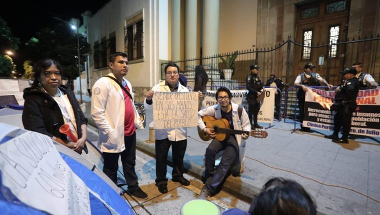 Médicos de la red pública de salud dicen que se mantendrán frente a la Casa Presidencial hasta que los atienda el presidente Jimmy Morales. (Foto Prensa Libre: Juan Diego González)