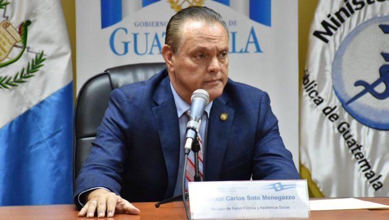 El ministro de Salud, Carlos Soto, señaló que la mortandad de peces está ligada a contaminación en la laguna. (Foto Prensa Libre: Cortesía Ministerio de Salud)
