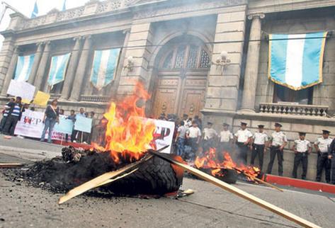 Miembros de  Udep, a quienes se vincula con Líder, queman llantas frente al Congreso, en rechazo a la Ley de Vegetales.