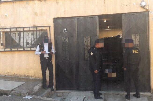 Los allanamientos contra una estructura delictiva en la que participaban exagentes de la PNC fueron coordinados por fiscales del Ministerio Público. (Foto Prensa Libre: PNC)