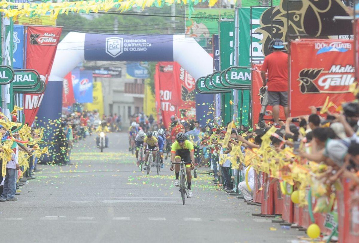 Sebastián Rodas grita de alegría luego de ingresar a la meta. (Foto Prensa Libre: Francisco Sánchez)