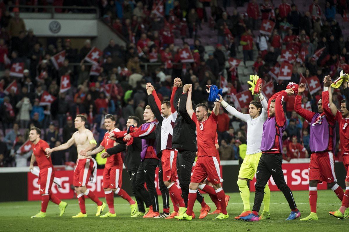 Así celebraron los jugadores suizos el triunfo por la mínima frente a Letonia. (Foto Prensa Libre: EFE)