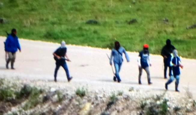 Hombres armados patrullan la región de Ixquisis, Huehuetenango, donde hay un conflicto por las operaciones de una hidroeléctrica. (Foto Hemeroteca PL)
