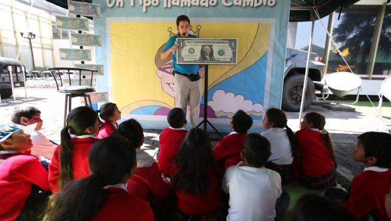 Durante el Festival de Educación Económico Financiera se imparten conferencias de diversos temas. (Foto Prensa Libre: Paulo Raquec)