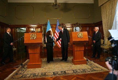 El presidente Álvaro Colom saluda a Julissa Reynoso, durante la reunión de ayer en la Casa Presidencial. Les acompañan  el embajador de EE. UU., Stephen McFarland (I),  y el canciller Haroldo Rodas.