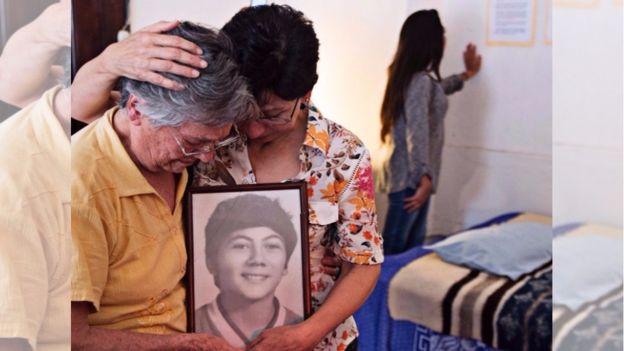 Doña Emma Theissen, de 85 años, mantiene viva la memoria de su hijo Marco Antonio. (Foto: Prensa Comunitaria)