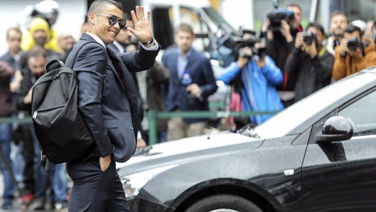 Cristiano saluda a sus fans en Rusia, donde disputará el Mundial con la selección portuguesa en el Grupo B. (Foto Prensa Libre: AFP)