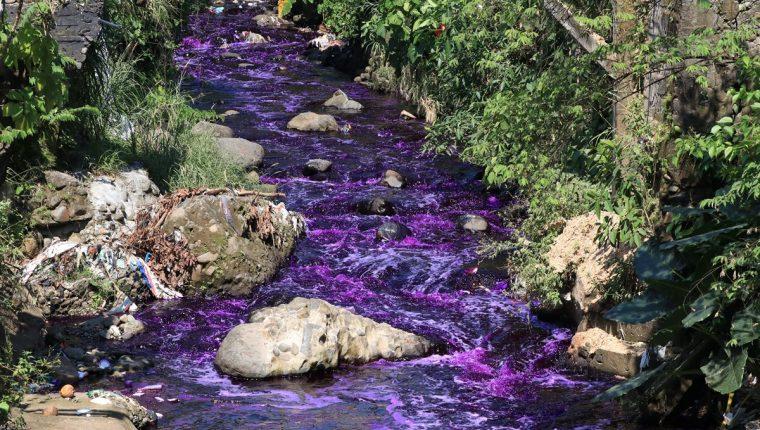 El río Pacayá, en Escuintla, se tiñó este jueves de morado, denunciaron vecinos. (Foto Prensa Libre: Enrique Paredes)