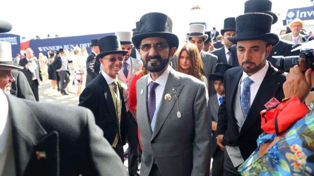 El jeque Mohammed bin Rashid al Maktoum (centro) es ávido entusiasta de las carreras de caballos en Inglaterra.  GETTY IMAGES