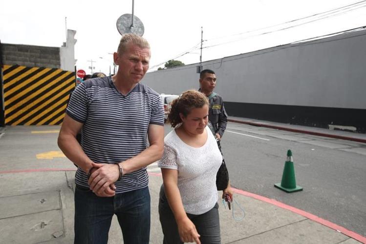 El ruso Igor Bitkov junto con su abogada Victoria Sandoval. (Foto Prensa Libre: Hemeroteca)