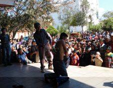 Salvador López fue azotado en el parque La Unión, sindicado de intentar robar en una tienda. (Foto Prensa Libre: Héctor Cordero)
