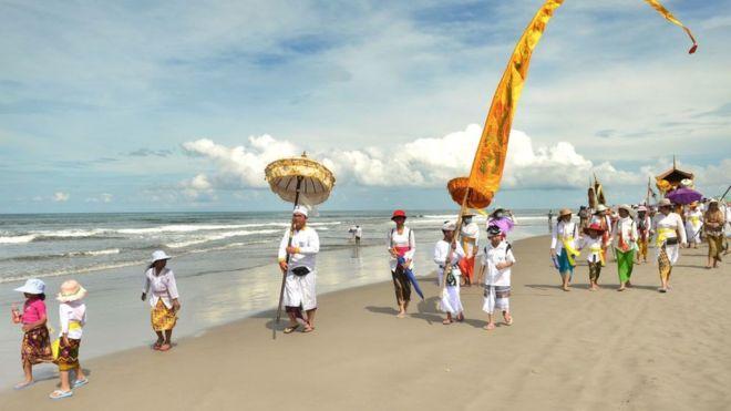 Los hinduistas de Bali van a la playa antes del Día del Silencio, para prepararse para el Año Nuevo. AFP