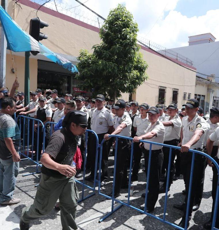Una considerable cantidad de policías vigiló las afuera del Congreso. (Foto Prensa Libre: Érick Ávila)