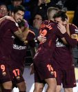 Los jugadores del FC Barcelona celebran el primer gol del partido anotado por Luis Suárez. (Foto Prensa Libre: AFP)