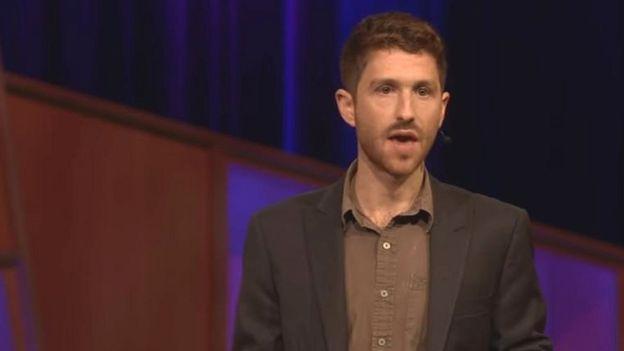 Tristan Harris durante una Ted Talk el pasado mes de agosto. Exempleado de Google, intenta promover un uso más ético y consciente de las tecnologías.  YOUTUBE
