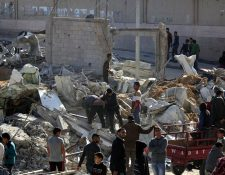 Palestinos inspeccionan un campamento militar de Hamas destruido por los ataques aéreos israelíes en Beit Lahiya, en Franja de Gaza. (EFE).