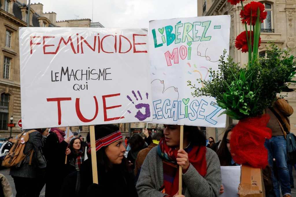 """En Francia mujeres portaron un cartel que en Español dice: """"Feminicidio, machismo que mata""""."""