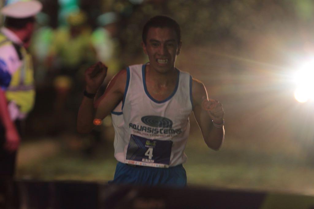 Alberto González festeja al ingresar a la meta. (Foto Prensa Libre: Norvin Mendoza)