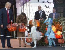 Donald Trump y su esposa, Melania, entregan golosinas a niños disfrazados en la Casa Blanca. (Foto Prensa Libre: EFE)