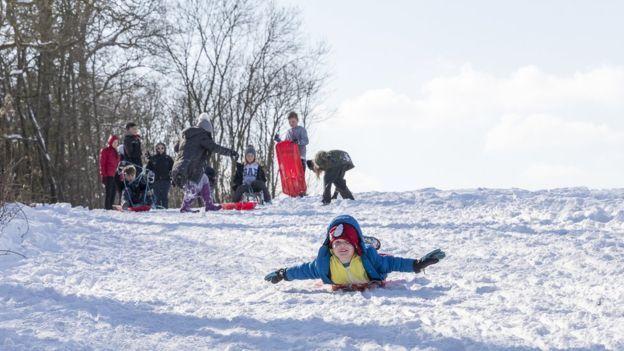 Algunos, al igual que Maguire, han sabido aprovechar el lado bueno de las cosas y disfrutar de unos días sin colegio en la nieve. (Foto cortesía: Roger Harris).