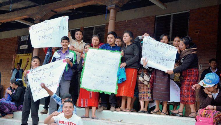 Un grupo de estudiantes, padres de familia y personal de la ENRO piden cambio de autoridades. (Foto Prensa Libre: Édgar René Sáenz)