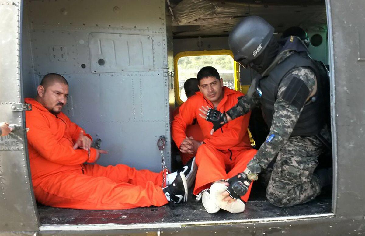 """Militares hondureños trasladan a la cárcel de máxima seguridad """"El Pozo"""" a pandilleros hondureños. (Foto Prensa Libre: AFP)."""