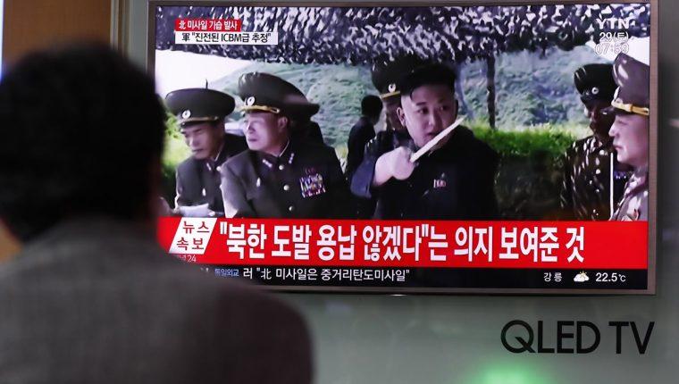Un surcoreano se informa sobre el último lanzamiento intercontinental de misiles balísticos de Corea del Norte.(Foto Prensa Libre:EFE).