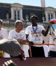Éder (con la copa), saluda a sus seguidores durante el recorrido del equipo por las calles de Lisboa después de ganar la Eurocopa. (Foto Prensa Libre: EFE)