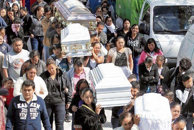 Vera González Valdez y sus tres hijas fueron asesinadas en la sala de su casa, colonia Las Marías, zona 21. Vecinos y amigos asisten al funeral.