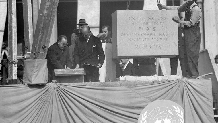 El primer secretario general de la ONU, Trygye Lie coloca una copia de la Carta de las Naciones Unidas en la primera piedra de la sede de la Organización en 1945. (Foto: AP)
