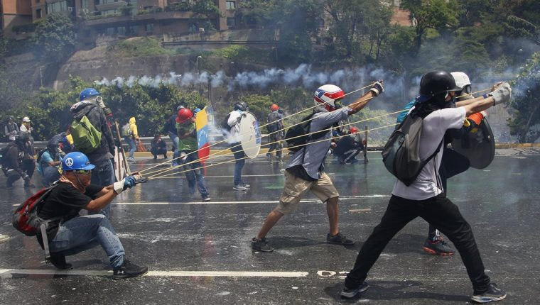 La oposición dice que no cederá en sus protestas contra el gobierno de Maduro. (Foto Prensa Libre: AP)