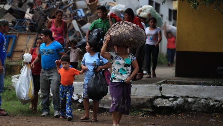 Muchas personas en Escuintla han decidido evacuar sus casas con sus pertenencias por el temor a una catástrofe. (Foto Prensa Libre: Carlos Hernández)