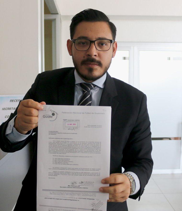 Elías llevó el documento a la CDAG. (Foto Prensa Libre: Fedefut)