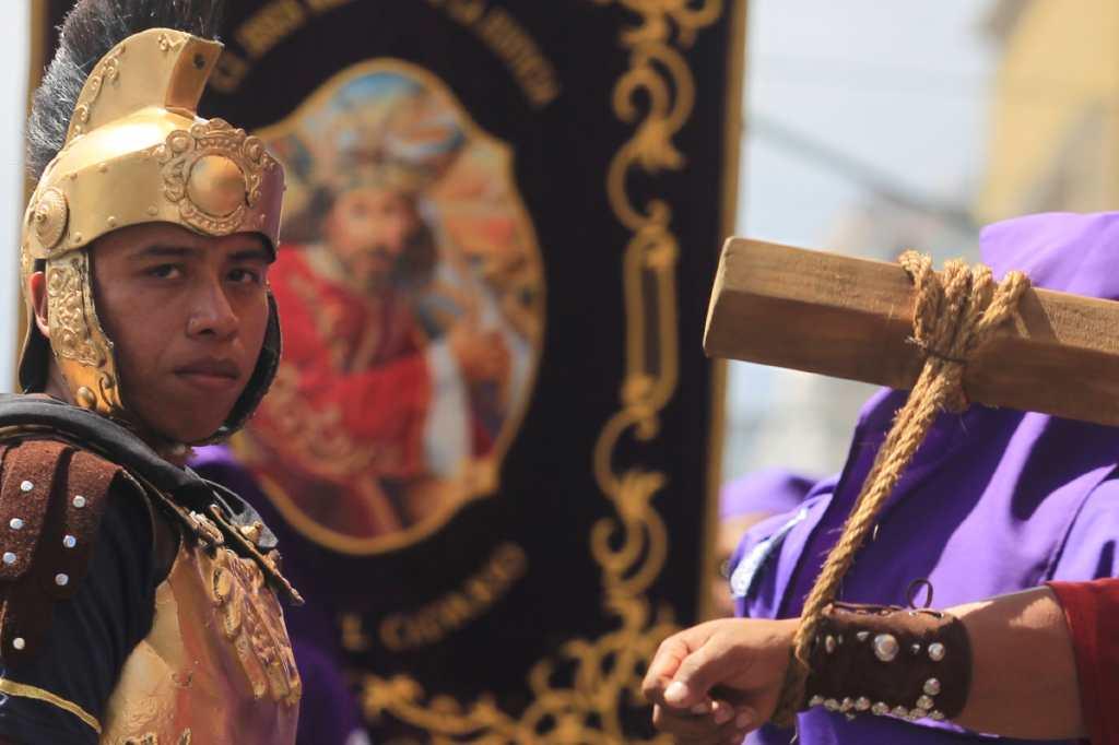 En el cortejo sobresalen los trajes de los romanos, que acompañan la procesión.