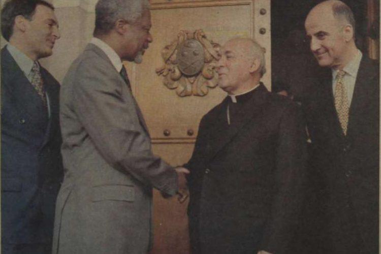 Annan visitó Guatemala en 1998, donde manifestó su preocupación por el asesinato del obispo Juan Gerardi. En la foto saluda al Arzobispo Metropolitano Próspero Penados del Barrio.