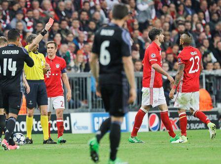 El jugador del Bayern Javi Martínez recibe la tarjeta roja y dejó al Bayern con diez jugadores.