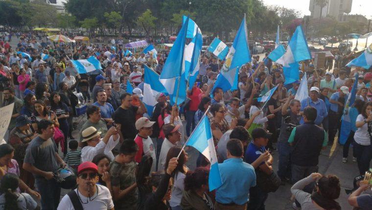 Guatemaltecos se congregaron en la Plaza de la Constitución para exigir la cancelación del partido FCN-Nación. El Palacio Nacional de la Cultura estuvo resguardado por elementos de la Policía Nacional Civil. (Foto Prensa Libre: Érick Ávila)