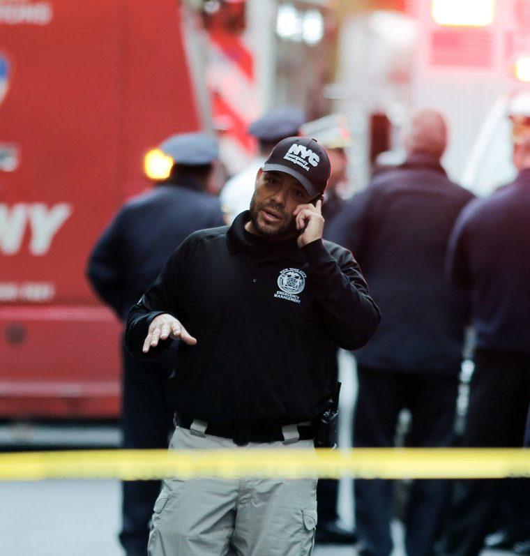 Servicios atienden la emergencia por la presencia de supuesta bomba en Midtown Manhattan, Nueva York. (Foto Prensa Libre: AFP)