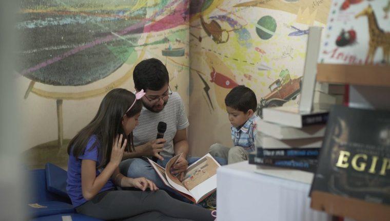 Sara, José -autor de la nota- y David leyeron juntos un cuento en la Filgua 2018 (Foto Prensa Libre: Alvaro González).